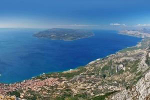 Naturpark Biokovo - Blick in Richtung Westen. Links unten im Bild Makarska. Im Hintergrund sieht man die Insel Brac