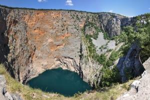 Der Rote See von Imotski befindet sich ca. 40 km landeinwärts der Rivieras Omis und Makarska. Schon Kaiser Franz Josef staunte über das Naturwunder.