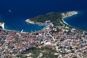 Makarska - Blick vom Naturpark Biokovo hinunter auf Zentrum und Hafen mit der Halbinsel Sv. Petar