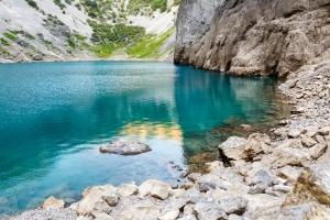 Am Ufer des Blauen Sees von Imotski. Dieser See ist wie auch der benachbarte Rote See eine wassergefüllte Einsturzdoline und eine ganz besondere Sehenswürdigkeit
