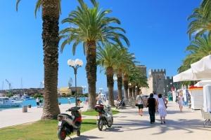Trogir - Uferpromenade die Urlaubsstimmung aufkommen lässt. Im Hintergrund die venezianische Festung Kamerlengo