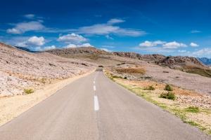 leere Strasse in leerer Landschaft auf der Insel Pag