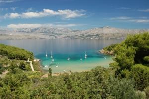 Blick auf die idyllische Bucht Lovrecina auf der dalmatinischen Insel Brac. Die Lovrecina lockt mit ihrem feinen Sand zahlreiche Badegäste an