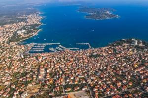 Luftbild von Vodice mit der Insel Prvic im Hintergrund