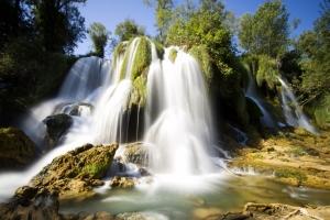 einer der vielen kleinen Wasserfälle im Plitvice Nationalpark