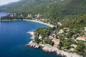 Der schöne Badeort Medveja in der Nähe von Opatija