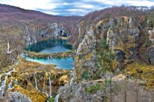 Blick auf die unteren Seen und der großen Wasserfall (rechts) im Nationaplar Plitvice im Herbst