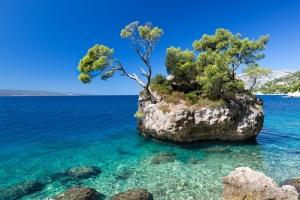 Der berühmte Brela-Felsen ist Wahrzeichen von Brela und zugleich beliebtes Foto- und Postkartenmotiv