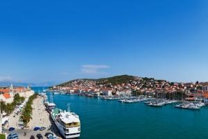 Blick auf die Insel Ciovo von der Festung Kamerlengo in Trogir