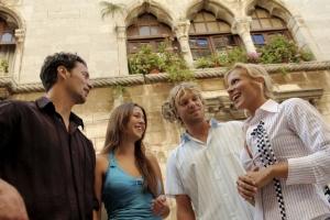 vor dem dreibogigen Fenster des gothischen Palastes in Porec