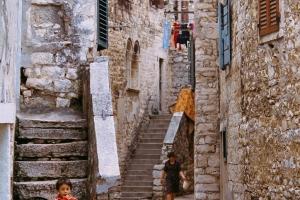Gasse in der Altstadt von Umag