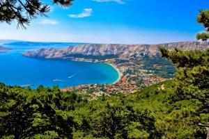 Baska liegt auf der Insel Krk und breitet sich an einer 1,5 km breiten Naturbucht aus. Baska zählt zu den beliebtesten Ferienorten Kroatiens.