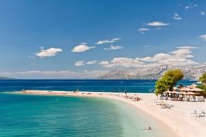 Am Partystrand Buba in Makarska ist im Sommer immer viel los