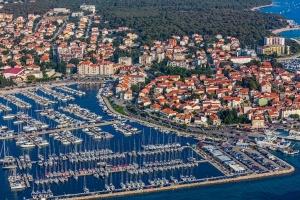 Der beliebte Ferienort Biograd na Moru in Norddalmatien zieht viele Nautiker an und bietet schöne Strände
