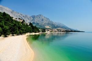 Der Strand Berulia am Übergang von Brela nach  Baška Voda bei Makarska. Im Hintergrund das imposante Biokovo-Massiv