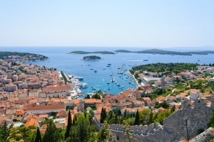 Das bezaubenrde Städtchen Hvar auf der gleichnamigen Insel in Mitteldalmatien zählt zu den beliebtesten Urlaubsorten an der Küste Kroatiens. Im Hintergrund die bei Bootsausflüglern beliebten Hölleninseln.