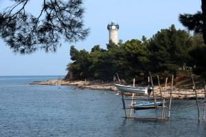 Strand in Basanija mit Blick auf den Leuchtturm in Savudrija