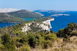 Die Steilklippen im Naturpark Telašćica im Süden der Insel Dugi otok. Im Hintergrund: die Inselgruppe der Kornaten