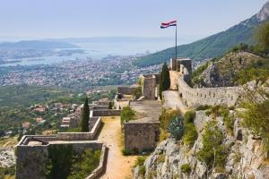 die mittelalterliche Festung Klis (Schlüssel Dalmatiens) bei Split ist beliebtes Ausflugsziel für Einhemische und Urlauber. 2015 wurden hier einige Szenen der Erfolgsserie Game of Thrones aufgenommen.