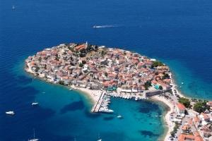 Das malerische Primosten liegt auf einer kleinen ehemaligen Insel und gehört zu den meistfotografierten Ortschaften Kroatiens