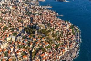 Luftaufnahme von Sibenik mit der St. Michael Festung