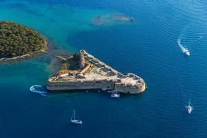 Die Festung St. Nikolaus  bei Šibenik liegt an der Mündung des Flusses Krka in die Adria