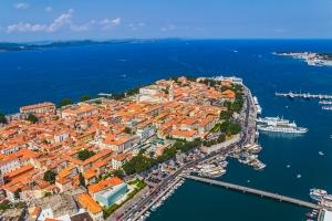 Luftbild der Altstadt von Zadar. Im Hintergrund die Insel Ugljan