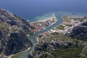 Luftbild von Omis