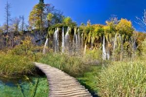 Wanderrundweg im NP Plitvice. Imposante Wasserfälle begleiten einen auf Schritt und Tritt