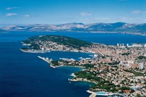 Blick auf die Südküste von Dalmatiens Metropole Split. Im Hintergrund die Halbinsel Marjan, Splits Naherholungsgebiet.