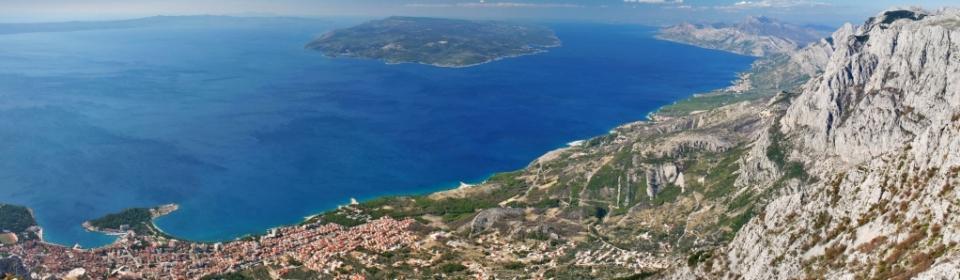 Traumhafte Küstenlandschaft vor grandioser Bergkulisse