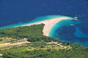 Blick von der Vidova Gora aus 800 m Höhe hinunter auf den Traumstrand Zlatni rat. Das Goldene Horn liegt an der Südküste der Insel Brac bei Bol und ist für viele der Schönste, ganz sicher aber der bekanntesten Strand Kroatiens