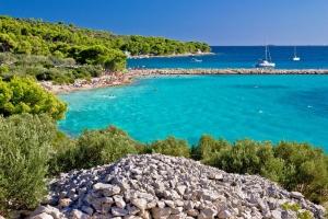 Herrlich türkisfarbenes Meer am Strand Podvrške auf der Insel Murter in Norddalmatien