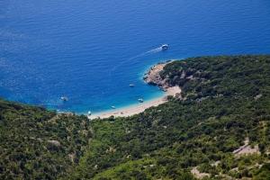 Tramstrand Sv. Ivan bei Lubenice auf der sattgrünen Insel Cres in der Kvarner Bucht