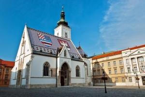 Die gotische St. Markus Kirche in Zagreb, rechts daneben das Kroatische Parlament