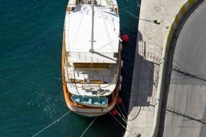 Ausflugsboot ankert im kleinen Hafen von Omis