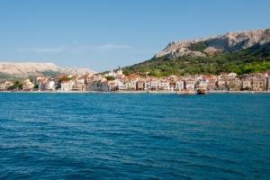 Blick auf Baska vom Meer aus