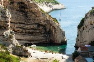 Märchenhafte schöne Bucht Stiniva auf der Insel Vis