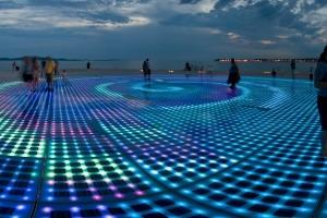 Der Gruß an die Sonne an der Uferpromenade von Zadar in Norddalmatien gehört zu den neueren Sehenswürdigkeiten der Stadt