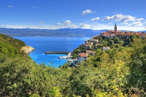 Das auf einem Hügel über dem Meer gelegene Vrbnik mit Blick auf die Riviera Crikvenica - Insel Krk