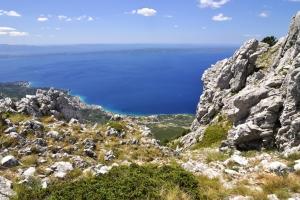 Blick von Biokovo hinunter auf die Küste der Riviera Makarska