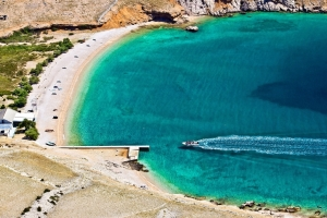 Die traumhafte Badebucht Vela luka bei Baska auf der Insel Krk kann nur zu Fuß oder mit dem Taxiboot erreicht werden.